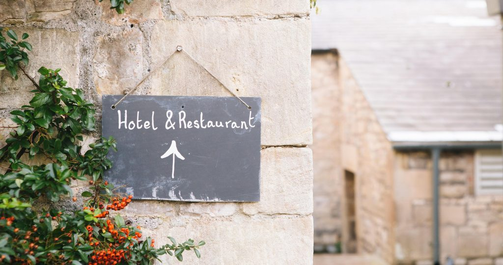 A sign directing to a Hotel and restaurant